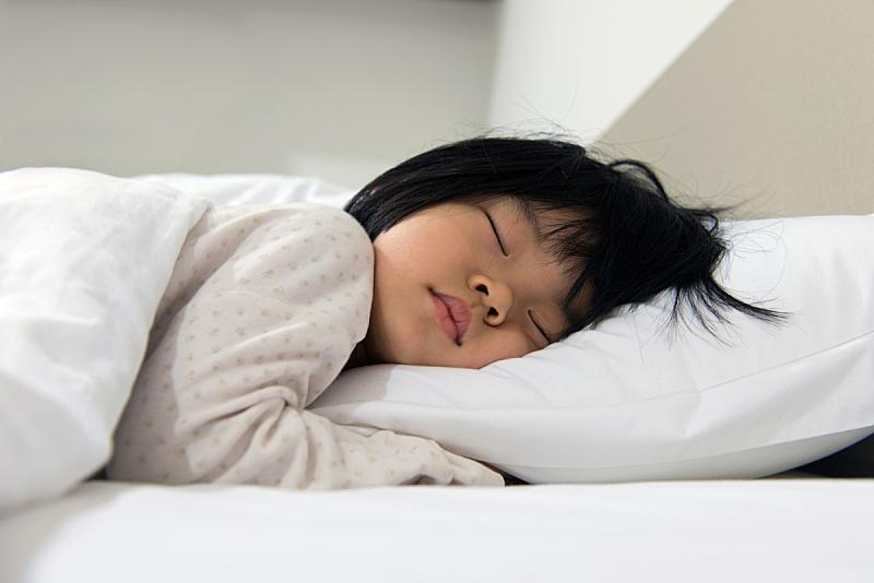 白色,儿童,床,亚洲,学龄前,水平画幅,秃树,疲劳的,睡觉,休息