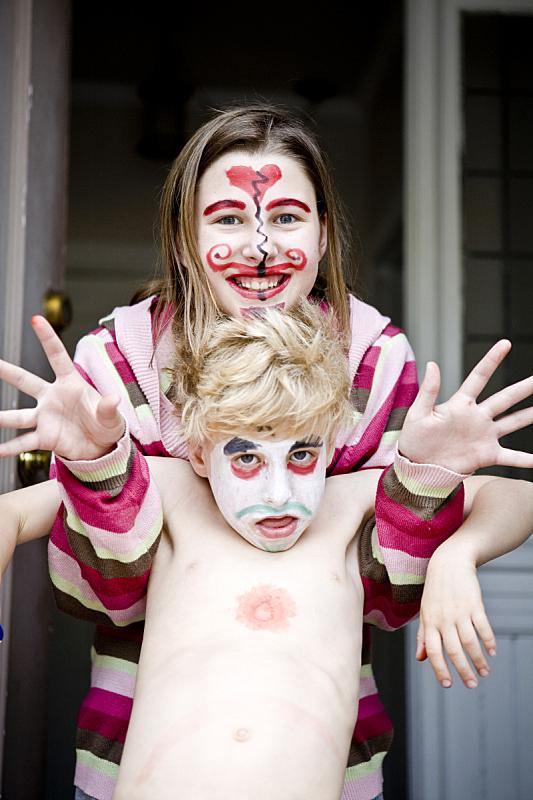 画脸,兄弟,姐妹,垂直画幅,门口,人群,小胡子,户外,10岁到11岁,青春期前儿童