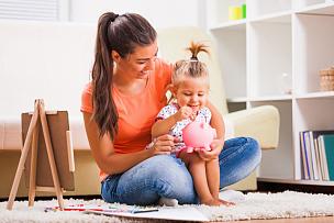 家庭生活,母女,小猪扑满,储蓄,水平画幅,父母,单身母亲,独生子女家庭,坐在地上,白人