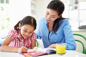 母亲,女儿,家庭作业,水平画幅,父母,单身母亲,玻璃,家庭生活,独生子女家庭,饮料