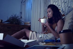 夜晚,看电视,美,水平画幅,越南人,美人,仅成年人,居住区,越南,用具