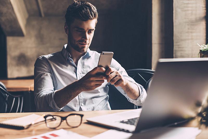 商务休闲,青年男人,男商人,仅男人,专门技术,网上冲浪,便携式信息设备,青年人,专业人员,智能手机