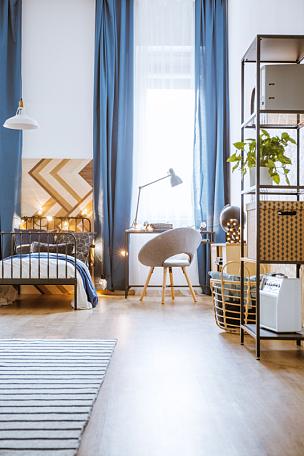 卧室,极简构图,宽的,垂直画幅,边框,无人,椅子,家庭生活,盒子,灯