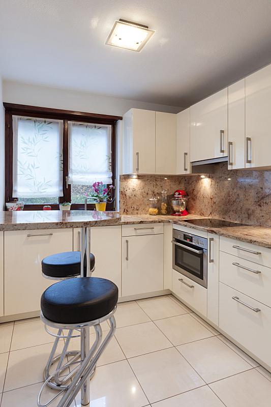 室内,厨房,垂直画幅,无人,家庭生活,天花板,家具,明亮,现代,白色