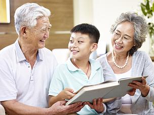祖父母,书,孙子,祖母,孙辈,朝鲜半岛,欢乐,祖父,多代家庭,少量人群