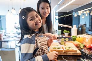 沙拉,三明治,女儿,母亲,厨房,早餐,家庭,泰国,小的,儿童