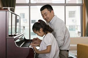 父女,钢琴师,钢琴,乐谱,父亲,中国人,女儿,进行中,嬉戏的,家庭