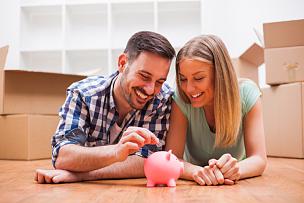 住宅内部,小猪扑满,储蓄,青年伴侣,拆包,纸板,伴侣,丈夫,金融和经济,妻子