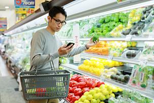 超级市场,中年人,食品杂货,男性,冷藏货架,购物篮,冰箱,奶制品,顾客,商店