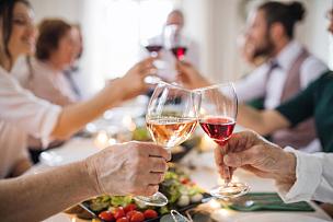 中间部分,人,室内,桌子,老年男人,华丽的,葡萄酒,家庭,生日