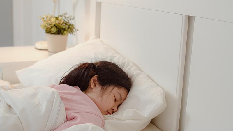 儿童,日本人,女孩,夜晚,舒服,平和,床,亚洲,家庭生活,卧室