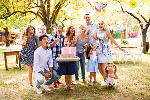 家庭,后院,里面翻到外面,游园会,葡萄酒,多代家庭,水平画幅,注视镜头,古老的,蛋糕