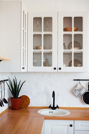 厨房,白色,公寓,水龙头,室内,家具,水,住宅房间,黑色,厨房水槽