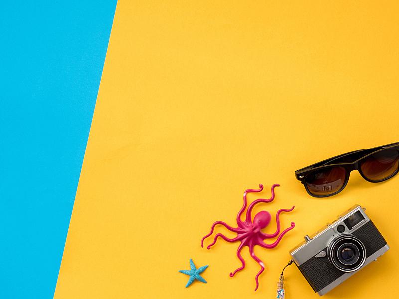 黄色背景,夏天,蓝色,平铺,沙滩包,防晒霜,章鱼,鱿鱼,蓝色背景,海洋生命