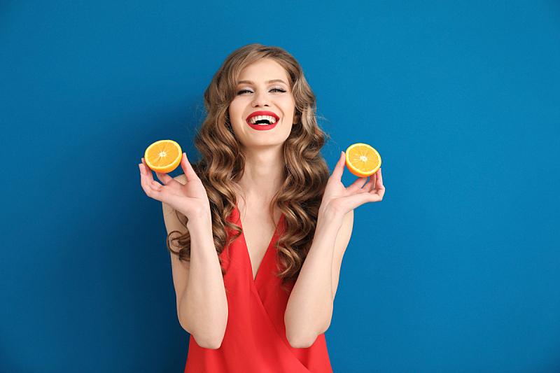 彩色背景,橙子,青年女人,切片食物,自然美,可爱的,无忧无虑,食品,肖像,一个人