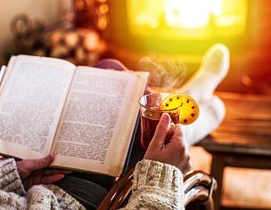 冬天,书,热,热甜红酒,冷,白昼,女人,放松,叉腰,开火