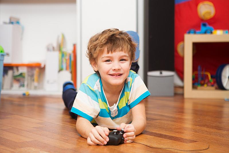 进行中,男孩,遥控汽车,家庭生活,可爱的,休闲游戏,汽车,一个人,玩具,迅速