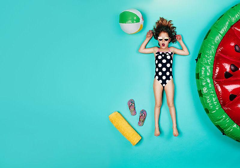 女孩,泳装,室内地面,儿童,仅儿童,人,女性,仅一个女孩,一个人,夏天