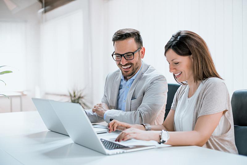 办公室,两个人,商务人士,平衡折角灯,使用手提电脑,塞尔维亚黑山,计算机,工作,坐,相伴