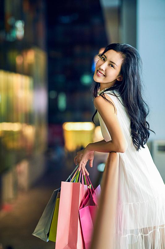 青年女人逛街购物