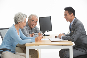 老年夫妇与理财顾问