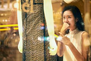 青年女人购物