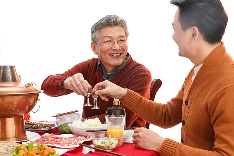 幸福父子吃年夜饭喝酒