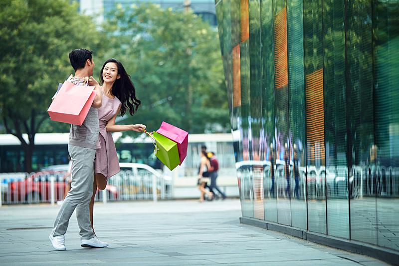 青年情侣逛街购物