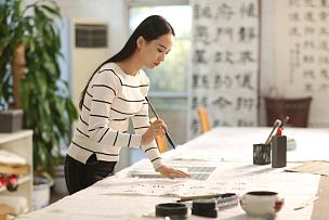 青年女人学习书法