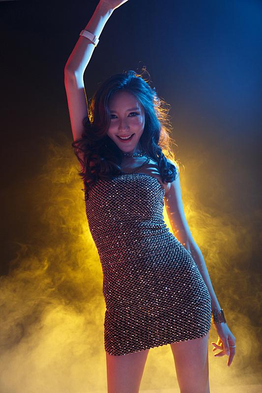 青年女人在酒吧跳舞