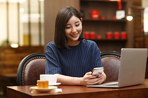 青年女人在咖啡馆
