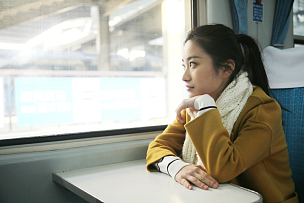 青年女人在火车上