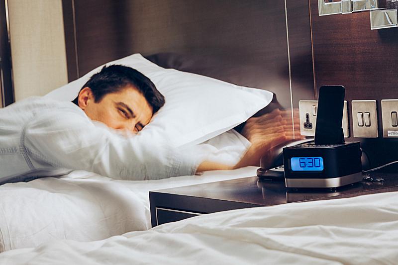 时间,核对时间,早晨,悲哀,男人,闹钟,男性,酒店,起床,扔