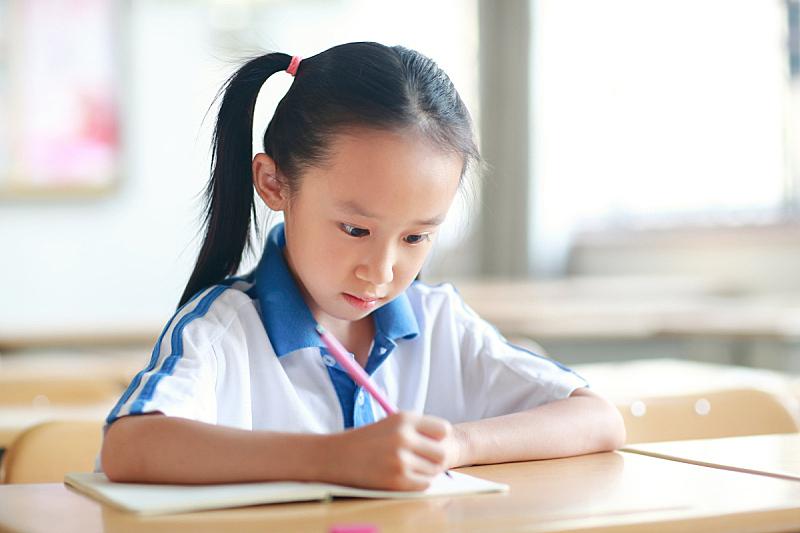 重返校园,教室,书包,小学生,书桌,仅一个女孩,小学,肖像,东亚人,仅儿童