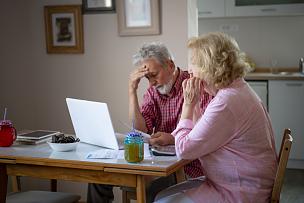 家庭,帐单,婚姻,支票,老年男人,丈夫,妻子,技术,使用手提电脑