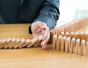 男商人,手,积木,桌子,停止标志,风险,横截面,停止手势,策略,商业金融和工业