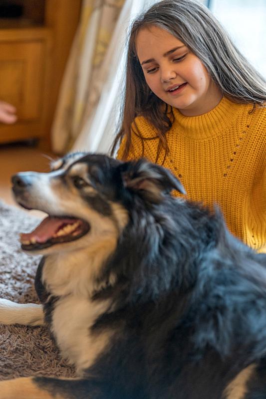 女孩,室内,狗,10岁到11岁,老年人,抱