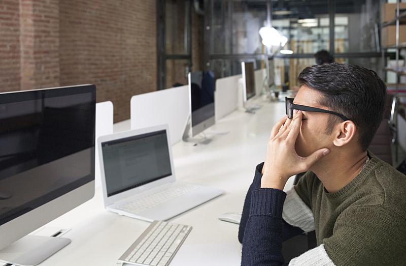疲劳的,使用电脑,男商人,亚洲人种,近视,视力,人的眼睛,过度劳累,痛苦,学生