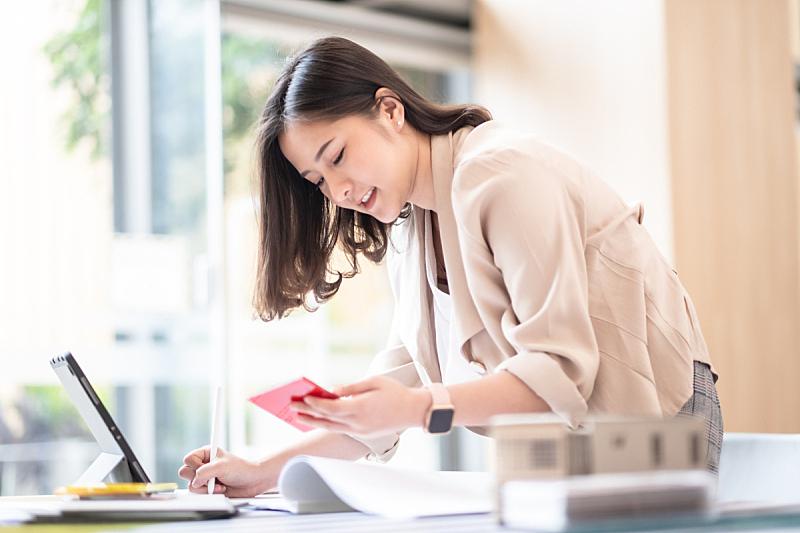 商务,装饰物,女商人,建筑师,材料,陈列室,经理,使用手提电脑,室内设计师,工作