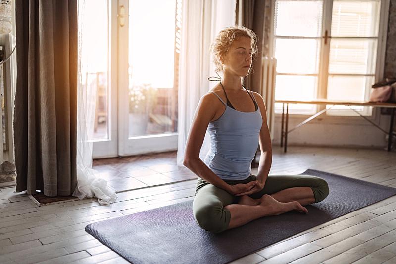 青年人,瑜伽,女人,运动竞赛,坐在地上,运动,盘着腿坐,莲花坐式,位置,坐